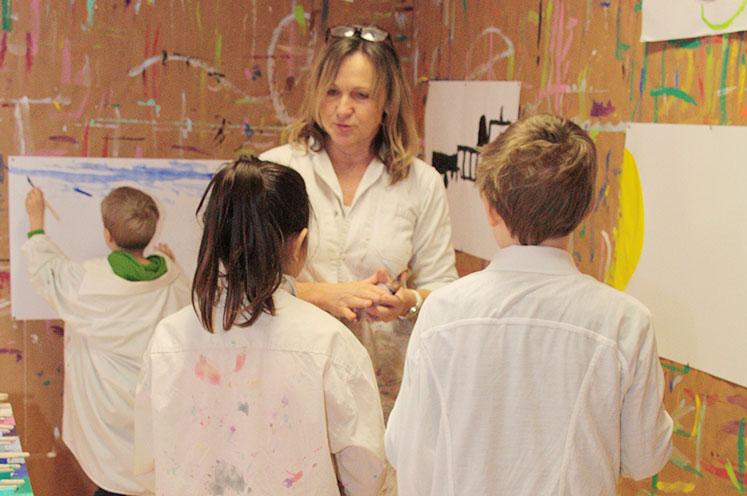 gemeinsames Malen in der Schulstube