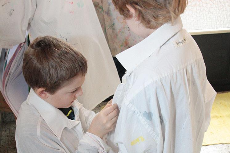 Gemeinsam malen in der Schule